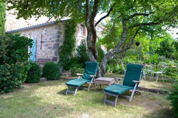 Coin détente ombragé, donnant sur le jardin et la terrasse de la chambre rose